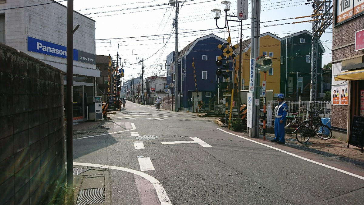 幕張駅南口から京成千葉線踏切の通り
