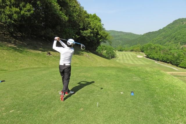ゴルフをしている画像
