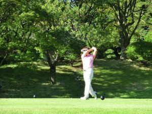 ゴルフで股関節が痛くなる人の原因や対処法について