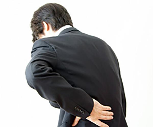 男性が腰を押さえている画像
