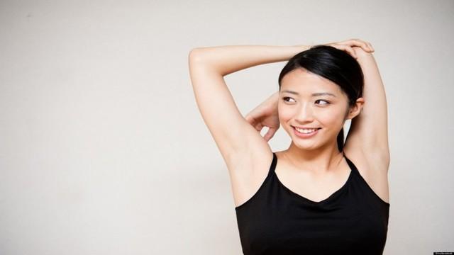 女性が肩をストレッチしている画像