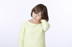 首の骨(頚椎)の痛みの原因と症状ごとの対処法について