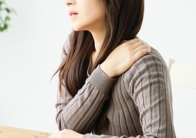 首肩こりに悩む女性画像
