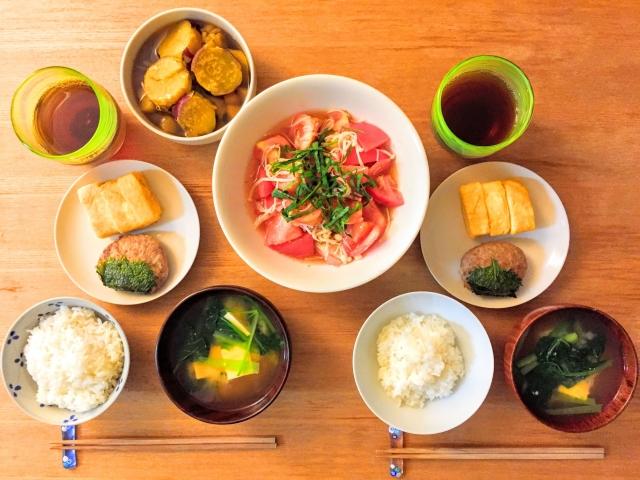 食卓の食事画像