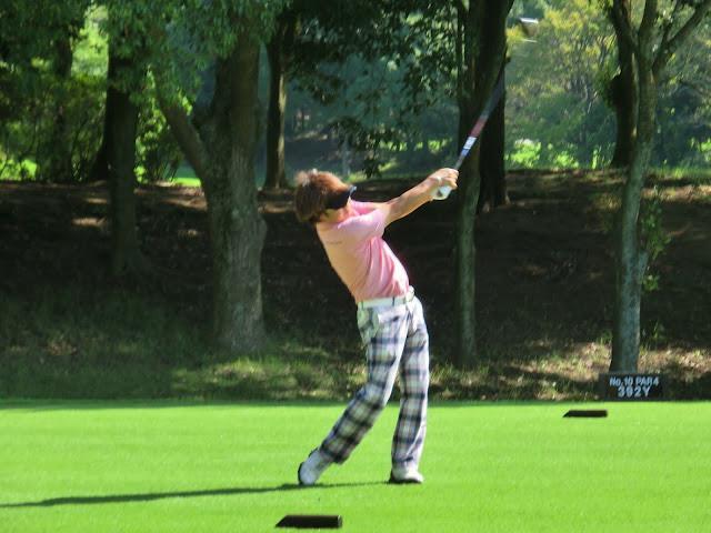 ゴルフをしている男性