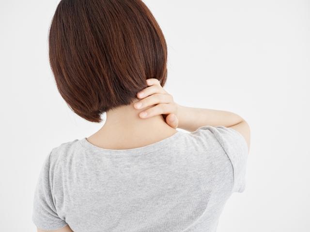首(頚椎)を押さえる女性