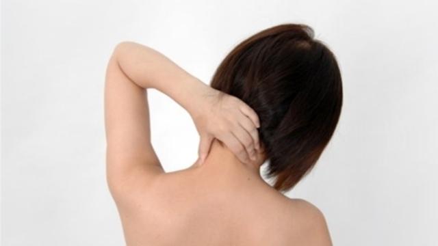 首(頚椎)を押さえている女性